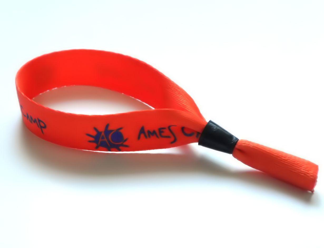 Контрольные браслеты Особой популярностью в наши дни пользуются контрольные браслеты на руку Это неудивительно потому как данный аксессуар очень дешев в изготовлении и при